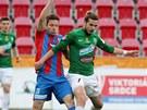 Plzeňský Martin Fillo (vlevo) se snaží zastavit Filipa Nováka z Jablonce.