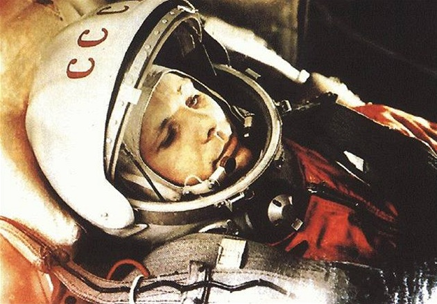 Oficiální snímek prvního kosmonauta Jurije Gagarina ve skafandru