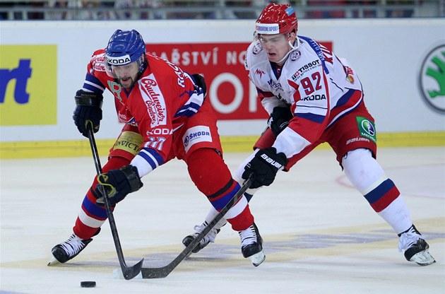 �eský úto�ník Ivan Rach�nek (vlevo) si kryje puk p�ed Jevgenijem Kuzn�covem.