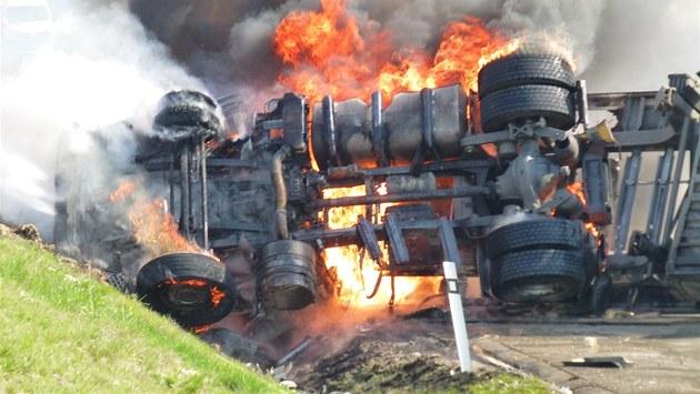 Kamion u B�lotína rychle pohltily plameny, �idi� unikl jisté smrti na poslední