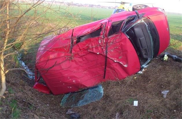 Dodávka se převrátila na bok, řidič usnul. Nehoda na předměstí Hradce Králové.