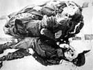 Těla Zolotarjova a Kolevatova. Kdybych mohl položit Bohu jedinou otázku, zněla by: proč zemřeli mí druzi? říká Jurij Judin, člen výpravy, který kvůli zdravotním problémům z mise odstoupil. On jediný přežil.