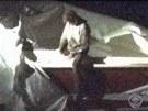 Televizní stanice CBS přinesla záběry Džochara Carnajeva, jak vylézá ze svého úkrytu v lodi na zahradě domu v bostonské čtvrti Watertown. (20. dubna 2013)
