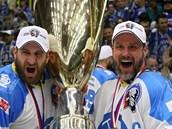 MÁ HO! Martin Straka (vpravo) se laská s pohárem pro hokejové mistry