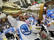 S POHÁREM. V čase 96:15 však o titulu pro Plzeň rozhodl Straka. A plzeňští hokejisté mohli na konci zvednout pohár nad hlavu. Poprvé v historii.