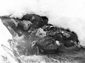 Mrtvoly Alexandra Kolevatova a Nicolase Thibeaux-Brignolla. Oba hledali spolu s Dubininovou a Zolotarevem záchranu v rokli.