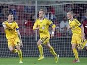 VEDEME! Fotbalisté Jihlavy - zleva Šimonek, Vaculík a Karlík - se radují z gólu na hřišti Sparty.