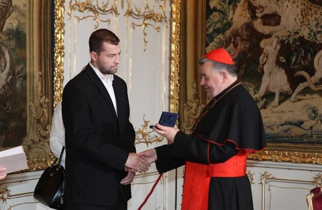 Kardinál Dominik Duka p�edal ocen�ni �eské biskupské konference plze�skému
