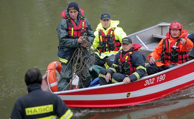 Policisté a hasi�i hledají u Strá�nice na Hodonínsku t�i vodáky, kte�í se na 1.
