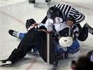 NECHTE SE! �ároví rozhod�í se sna�í odtrhnout od sebe soupe�ící hrá�e Finska a...