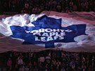Fanoušci hokejových Toronto Maple Leafs mávají obří vlajkou.