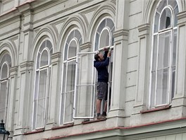 Výměna oken po výbuchu v Divadelní ulici