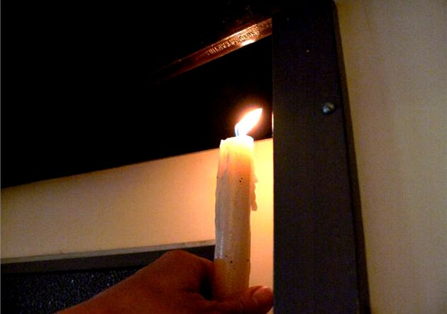 Nahoře se plamen ohne do studenější místnosti.