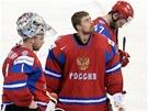 TO JE OSTUDA. Ruští hokejisté klopí zrak po porážce 3:8 ve čtvrtfinále proti Spojeným státům. Na snímku stojí zleva brankáři Sergej Varlamov a Ilja Bryzgalov, za nimi Alexandr Radulov.