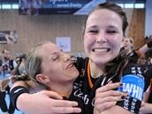 DOKÁZALY JSME TO. Mostecké házenkářky vyhrály Vyzývací pohár. Vlevo je Karin Schererová, vpravo Michalela Janoušková.