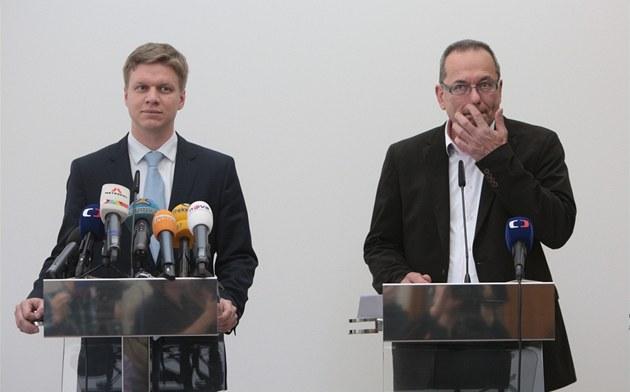 Tomá� Hude�ek a Ji�í Vávra z TOP 09 vysv�tlují, pro se rozhodli svrhnout