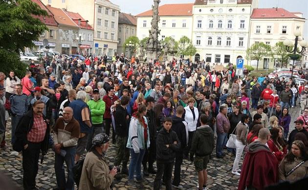 Lidé vDuchcově sesešli naprotiromské demonstraci (29. května 2013).