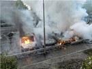 Dav v Rinkeby, severním předměstí metropole, zapálil šest vozů zaparkovaných u sebe, pět z nich shořelo zcela. Další tři auta hořela na jihu v předměstí Norsborg. Na jihu útočníci zapálili také policejní stanice v Älvsjö, požár ale hasiči rychle zlikvidovali. Policie kvůli nočním násilnostem zadržela v Älvsjö osm lidí a čtyři pak v Norsborgu.