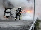 Na stockholmských předměstích pátou noc řádily tlupy výtržníků. V noci zapálili kromě třicítky aut také nejméně dvě školy a policejní stanici. Obyvatelé postižených čtvrtí jsou násilnostmi rozhořčeni a vyrazili do ulic demonstrovat proti vandalismu. Podle úřadů se situace uklidňuje, policie ale přesto povolává posily z jiných částí země.
