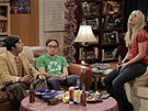 Big Bang Theory prvn� d�l �est� s�rie. Raj je st�le s�m a p�i�el tradi�n� nevhod.