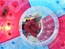 Děti se vydováděly i v plastových koulích umístěných na vodní hladině.