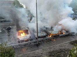 Dav v Rinkeby, severním předměstí metropole, zapálil šest vozů zaparkovaných u sebe, pět z nich shořelo zcela. (snímek vznikl v roce 2013)