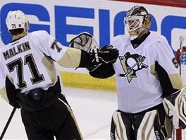 DOBRÉ TO BYLO. Jevgenij Malkin si plácá s Tomášem Vokounem (vpravo) poté, co Pittsburgh rozstřílel Ottawu na jejím ledě.