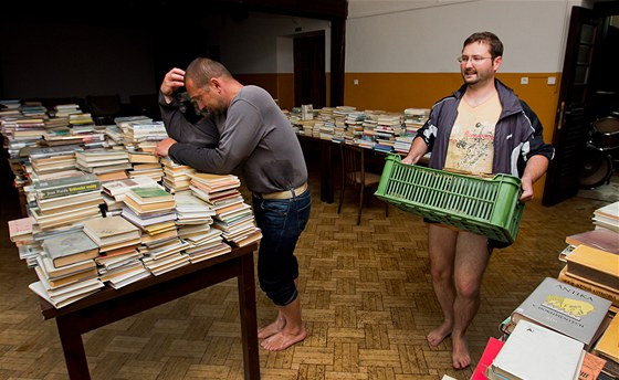 Cidlina v Novém Bydžově zatopila sklad městské knihovny. (3. 6. 2013)