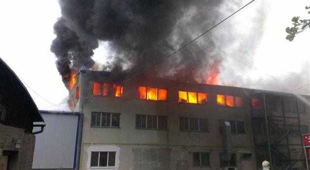 Pond�lní po�ár v Ronov� nad Doubravou zlikvidoval budovu Kovolisu Hedvikov.