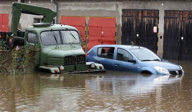 Zaplavená auta v �eském Krumlov� (3. �ervna 2013)