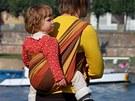 Dítě uvázané v šátku si matka nese jako batoh a rovnoměrně rozkládá jeho váhu na svá záda.