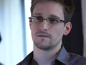 Edward Snowden jako technický asistent dříve pracoval pro CIA a NSA. Tisku předal tajné informace o tom, jak NSA odposlouchává elektronickou komunikaci po celém světě údajně ve spolupráci s velkými americkými firmami (Microsoft, Google, Facebook aj.).