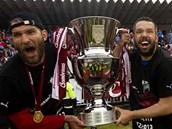 JE JENOM NÁŠ! Marek Bakoš (vlevo) a Pavel Horváth třímají pohár pro mistra fotbalové ligy.