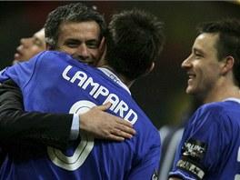 SE SVÝMI OBLÍBENCI. Takhle se v roce 2005 radoval Mourinho s Frankem Lampardem a Johnem Terrym (vpravo) z triumfu v Ligovém poháru.
