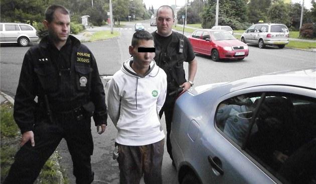 Mladíka podezřelého zútoku zadržela nedaleko policejní hlídka.