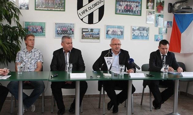 Vedení HFK Olomouc ( zleva trenér Old�ich Machala, prezident Josef Picek,