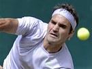 Podání švýcarského tenisty Rogera Federera ve finálovém duelu s Michailem Južným z Ruska.