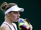 Kristýna Plíšková doplňuje tekutiny v souboji se slovenskou tenistkou Janou Čepelovou.