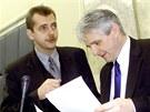 Ministr obrany Jaroslav Tvrdík a ministr financí Jiří Rusnok před jednáním vlády. (21. listopadu 2001)