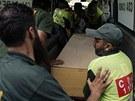 Pracovníci nemocnice a záchranáři nakládají truhly s těly horolezců zabitých pod horou Nanga Parbat a přesunují je do márnice nemocnice v Islámábádu.