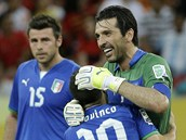 Italov� slav� v�t�zn� g�l proti Japonsku. Brank�� Gianluigi Buffon blahop�eje st�elci Sebastianu Giovincovi.