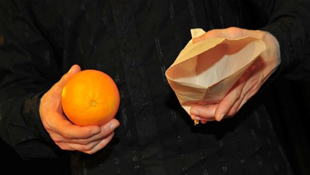Pomeranč zbežně předveďte a vložte do sáčku.