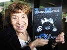 Zuzana Mináčová se svou knihou Život fotografky