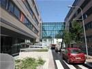Definitivn� podoba nov� kancel��sk� budovy Namiro v Olomouci v Hynaisov� ulici. Se sousedn�m magistr�tem (vpravo) ji spojuje sklen�n� tunel. (9. �ervence 2013)