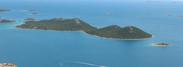 Pohled na �iré mo�e p�es ostrovy pod Drage. Kopec za hranou okénka se jmenuje