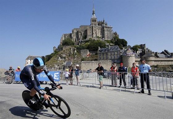 Geraint Thomas během časovky na Tour de France s monumentem Mont St. Michel v pozadí.