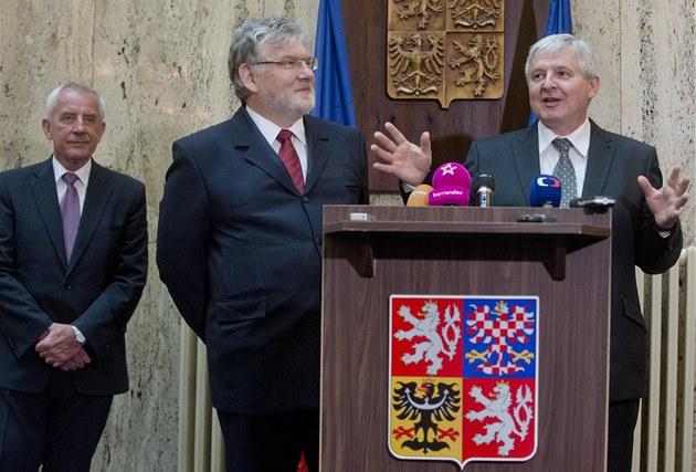 Premiér Ji�í Rusnok uvádí do funkce ministra zdravotnictví Martina Holcáta,