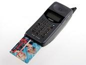 Ne, to nen� platebn� karta pro mobiln� platby. To je oby�ejn� SIM p�vodn� velikosti. Tedy zde na fotografii je redukce na ji� vyst�i�enou kartu. P�vodn� SIM toti� m�la velikost, v jak� se dnes karta dod�v� z v�roby, ale nebyla perforovan� a nevyma�k�vala se. Prost� se cel� zastr�ila do telefonu. Velikost tehdej��ch p��stroj� pro to byla ide�ln�. Nutno podotknout, �e u� v roce 1996 se objevily prvn� p��stroje na malou SIM, dnes tedy tu nejv�t�� pro star�� nebo nejoby�ejn�j�� mobily.