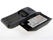 Konstrukce Motoroly TX 770 byla byteln�, d�ky rozm�r�m a hmotnosti mohl telefon poslou�it i jako zbra�. S telefonem se dod�vala v�hradn� stoln� nab�je�ka, kter� dok�zala nab�jet dv� baterie najednou.