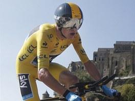 MIMOZEMŠŤAN? Chris Froome ve futuristické přilbě a na kole z kosmických materiálů míří do cíle časovky Tour de France u Mont Saint-Michel. Právě tento výkon vzbudil debaty o výkonech britského cyklisty.